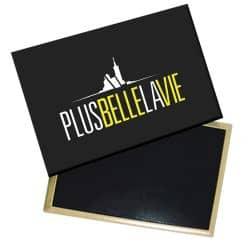 Magnet Plus Belle La Vie Logo Jaune sur Fond Noir