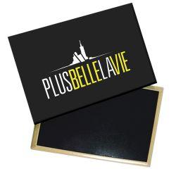 Magnet Plus Belle La Vie Logo Blanc sur Fond Jaune